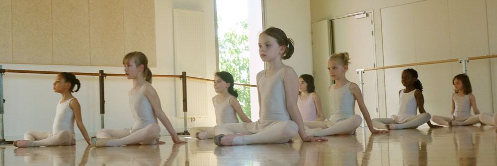 Dès l'âge de 7 ans, les enfants rejoignent le cours de danse classique