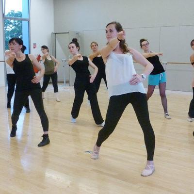 Une Danse à Mi-chemin Entre La Danse Classique Et La Danse Contemporaine
