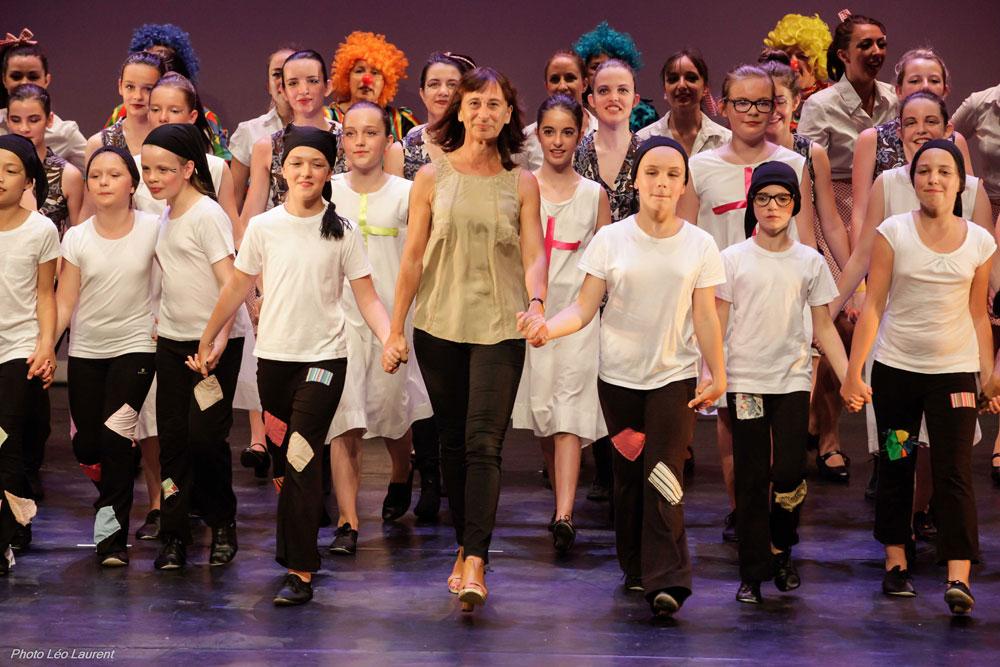 Les élèves entourent Béatrice lors du final au gala de danse